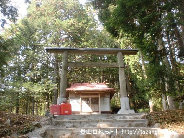 六ツ石山の登山口に行く途中にある羽黒三田神社