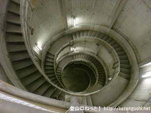白丸ダムの魚道に降りるらせん階段