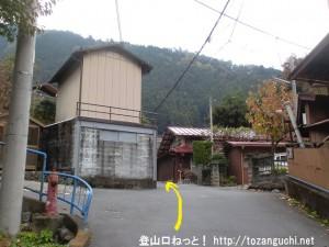 鳩ノ巣駅から本仁田山登山口に行く途中の辻