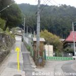 本仁田山の登山口手前の正法院への分岐