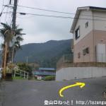 丹三郎の御岳山登山口の手前のT字路を右折