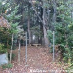 塩船観音寺の観音像の足元にある霞丘陵ハイキングコースの入口
