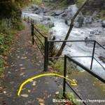 御岳渓谷の遊歩道を右折