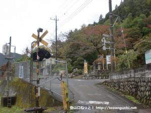 JR御嶽駅東側の踏切を渡ったところ