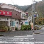 JR御嶽駅前の交差点から御岳渓谷の遊歩道に下るところ