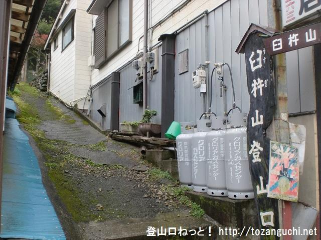 元郷の臼杵山登山口から登山道の方面を見る