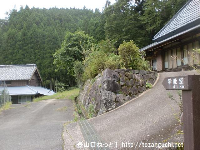 神末上村の学能堂山登山口から登山道の入口を見る