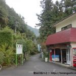 軍畑駅出口前の商店前の小道