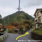 高源寺の手前にある高水山登山口の石碑前の分岐