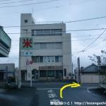 秋川駅南口前の車道の先で国道411号線に出合うところ