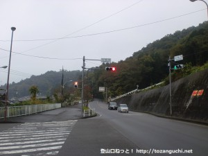 秋川丘陵ハイキングコース入口手前の小松平の信号