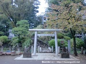 鳩森八幡神社の千駄ヶ谷の富士塚の全体
