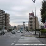 第一京浜国道の横断歩道を渡ってJRの線路を超える