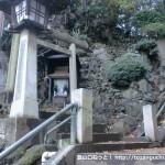 品川神社の石段の中間にある富士塚の入口