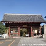 護国寺の仁王門前