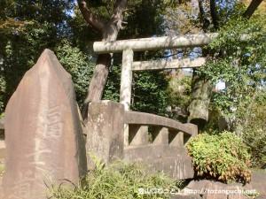 護国寺の富士塚(音羽富士)の登り口前
