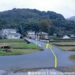 滝山城跡に行く途中の多摩川沿いの土手道から舗装路に出たところ