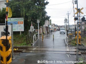 JR東秋留駅前の踏切