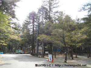 もみの駐車場と八曽モミの木キャンプ場の入口