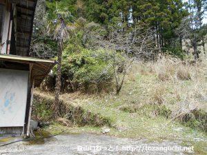 知生の集落の民家の裏にある知生山の登山道入口