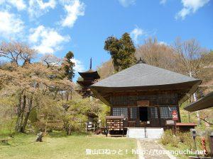 大法寺の本堂と三重塔(長野県青木村)