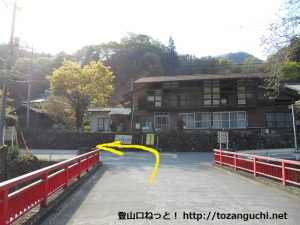 小沢橋バス停横の橋を渡ったら左折する