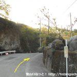 鹿岳の木々岩峠登山口に向かう途中にある南牧村のバス停
