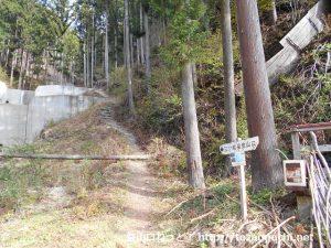 大仁田ダムにある竜王里宮登山口の三ツ岩岳の登山道入口