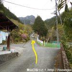 坂本バス停の裏手の民家の横の坂を上る