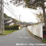 松井田バス停横の信号から右に入りまっすぐ進む