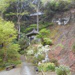 法性寺(秩父札所三十二番)の観音堂前から般若山への登山道入口を見る