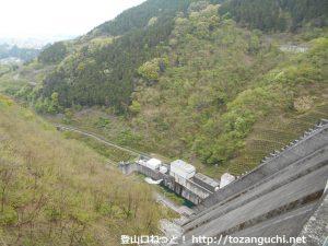 堰堤の上から見下ろす浦山ダム