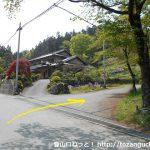 更木バス停前のT字路