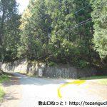 更木バス停から住居野峠に向かう途中の三叉路(更木分岐)