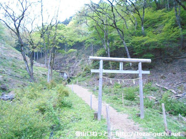 二子山・武川岳の富士浅間神社を経由するコース(あしがくぼキャンプ場から登るコース)の登山口にある富士浅間神社の鳥居