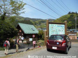 内出(打出)の皇鈴山・登谷山登り口にある公衆トイレとハイキングコースの案内板