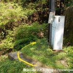 小沢トンネル北口横から小沢峠の登山道に入るところ