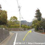 小野上駅から十二ヶ岳登山口に行く途中で分岐を右へ