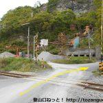 小野上駅東側の旭石材工業㈱前の踏切を渡る