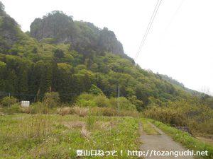 岩櫃山(岩櫃城跡)の密告通り登山口手前の畑の中の小路