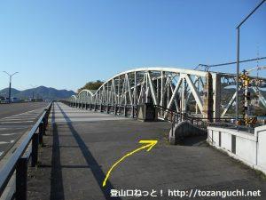 犬山遊園駅北側の犬山橋の手前から右に曲がる