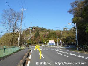 犬山遊園駅から寂光院に行く途中の木曽川沿いの車道の交差点を直進