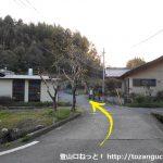 善師野駅から大洞池に行く途中の熊野神社前左折して小さな橋を渡る