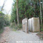 継鹿尾山の登山口となる大洞池に設置してある簡易トイレ