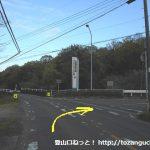 善師野駅から西に1kmほど県道を歩いたところの踏切を渡ってすぐに右折