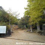 大宮浅間神社の本殿右側にある尾張富士の登山道入口前