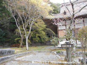 雲興寺本堂左手にある岩屋堂に向かう東海自然歩道の入口
