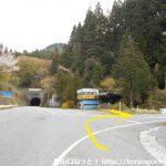 伊勢神バス停横の三叉路を右折
