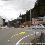 横川バス停前から県道80号線に進む