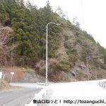 県道80号線から馬野登山口に向かう林道に入るところ
